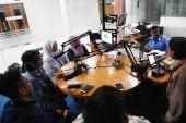 Suasana Siaran Langsung Peserta Bengkel Penulisan Esai Mastera di RRI Pro 2 FM Bandung