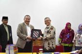 Prof. Dr. Iskandar Zulkarnain memberikan cendera mata kepada Prof. Dr. Dadang Sunendar, M.Hum.