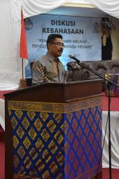 Kepala Balai Bahasa, I Wayan Tama, memberikan laporan singkat