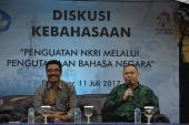 Dadang Sunendar dan I Wayan Tama sedang memberikan penjelasan terkait UU No.24