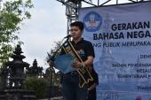 Duta bahasa Bali membacakan komitmen Gerakan Pengutamaan Bahasa Negara di Ruang Publik yang diikuti oleh seluruh peserta.