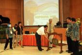 Pemukulan gong oleh Dr. Sugiyono, sebagai tanda pembukaan acara KIPBIPA VIII di Salatiga