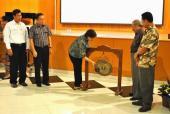 Pemukulan gong sebagai tanda penutupan acara KIPBIPA VIII di Salatiga