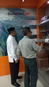 Kepala Pusat Pengembangan dan Pelindungan, Dr. Hurip Danu Ismadi sedang diberikan penjelasan oleh pihak BNPB terkait kebencanaan