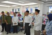 Mendikbud mengunjungi Bagian Kepegawaian Badan Bahasa, ditemani Kepala Badan Bahasa dan Sekretaris Badan Bahasa