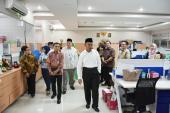 Mendikbud mengunjungi Bidang Pelindungan Badan Bahasa, ditemani Kepala Badan Bahasa, Sekretaris Badan Bahasa, dan Kepala Pusat Pembinaan