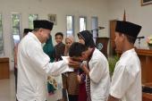 Kepala Badan Bahasa, Dadang Sunendar sedang memberikan santunan kepada anak yatim dan keluarga kurang mampu