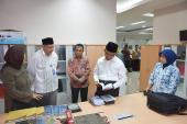 Mendikbud melihat salah satu produk revitalisasi Badan Bahasa, ditemani Kepala Badan Bahasa, Sekretaris Badan Bahasa, dan Kepala Pusat Pembinaan