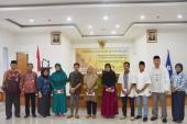Foto bersama Pejabat Badan Bahasa dengan penerima santunan