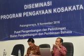 Dr. Arnusianto M. Mage, M.A., akademisi dari Universitas Palangkaraya memberikan paparannya