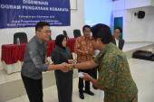 Peserta aktif Diseminasi Program Pengayaan Kosakata di Palangkaraya, Kalimantan Tengah diberikan kenang-kenangan oleh panitia