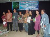 Penyerahan Piagam Penghargaan Muri Kepada Penyair Diah Hadaning