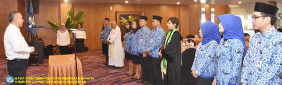 Kepala Badan Bahasa Mengambil Sumpah Sepuluh PNS Kantor Bahasa NTT