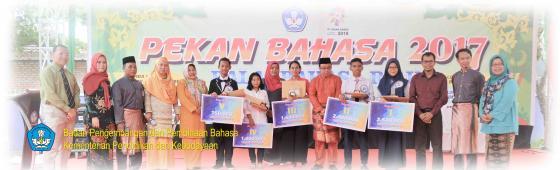Kepala Balai Bahasa Riau, Umar Solikhan, bersama para pemenang lomba, Senin (3/4).