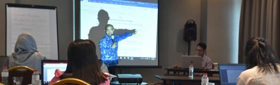 Bapak Indra Listyo sedang membahas contoh terjemahan nota kesepahaman milik salah satu peserta.